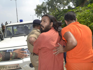 VHP supporters being rounded up by police. Danish Raza/Firstpost