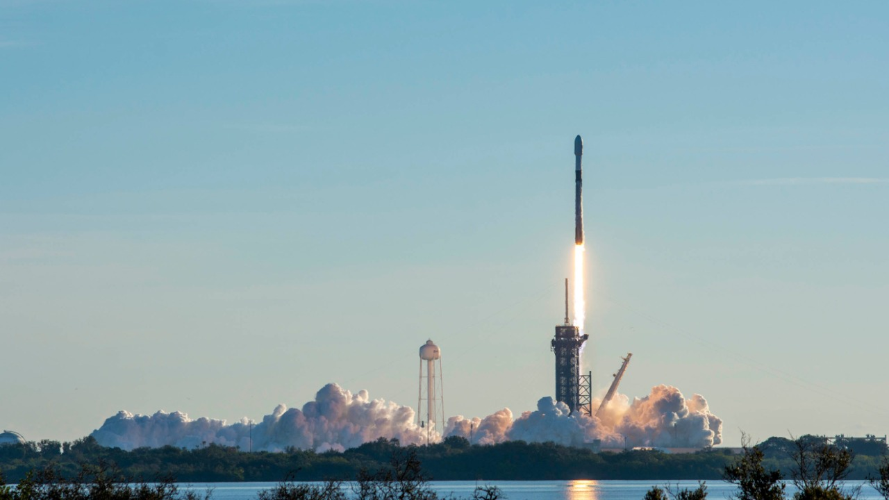 A Falcon 9 rocket launches SpaceX's Starlink to orbit. Image credit: SpaceX/Twitter